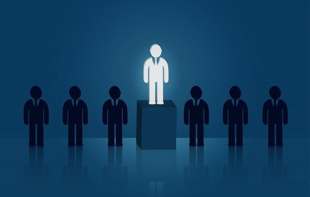 Homme d'affaires debout au milieu des gens. il y a une lumière brillante. direction