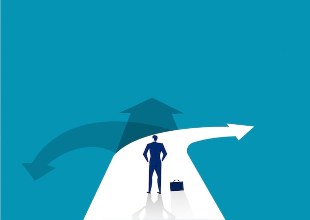 Homme d'affaires, debout devant un carrefour avec route divisée en trois manières différentes sous forme de flèches.
