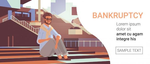 Homme d'affaires déprimé assis sur les escaliers problème d'argent crise financière crise économique faillite