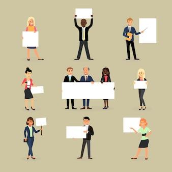 Homme d'affaires détenant le personnage de femme d'affaires bannière détient ensemble bannière ou affiche vide de permanent de l'équipe avec pancarte