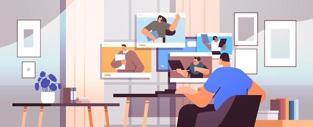 Homme d'affaires discutant avec des collègues dans les fenêtres du navigateur web lors d'un appel vidéo conférence virtuelle communication en ligne auto-isolement