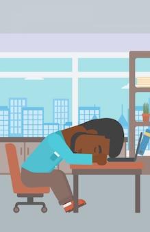 Homme d'affaires dormant sur le lieu de travail.