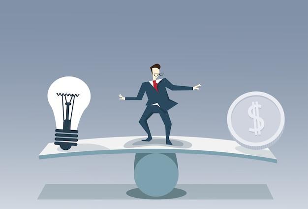Homme d'affaires en équilibre entre l'ampoule et la pièce d'argent