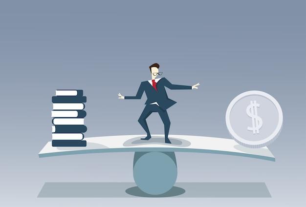 Homme d'affaires en équilibre entre la pile de livres et la pièce d'argent