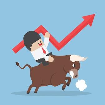 Homme affaires, équitation, taureau