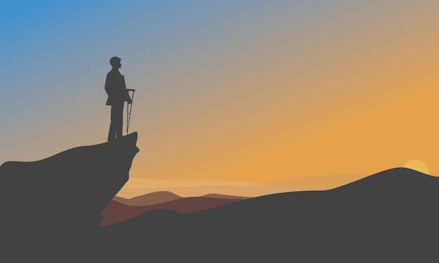 Homme d & # 39; affaires escalade de montagne