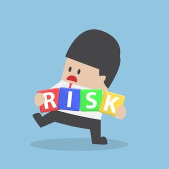 Homme affaires, essayer, gérer, risque, bloc