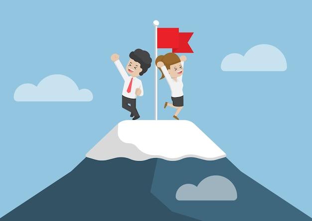 Homme d'affaires est monté au sommet de la montagne