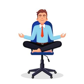 Homme d'affaires, faire du yoga sur le lieu de travail au bureau travailleur assis en posture de lotus padmasana méditant