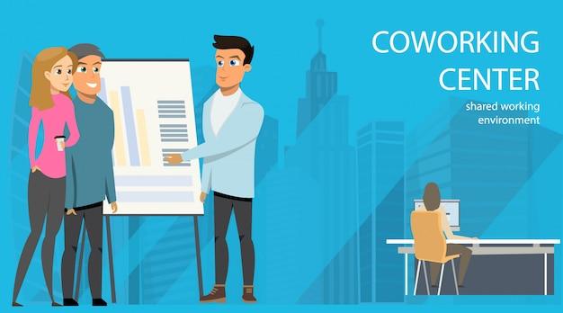 Homme d'affaires faire une présentation openspace coworking