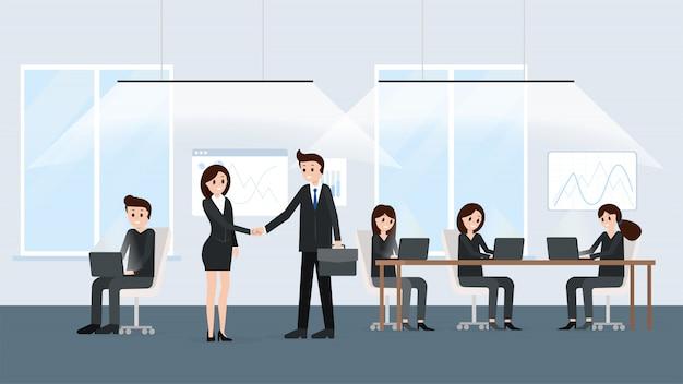 Homme d'affaires et femme d'affaires lors de négociations