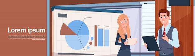 Homme d'affaires et femme d'affaires tenant la présentation se tenir debout avec des graphiques et des graphiques