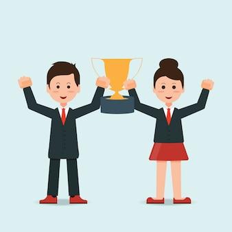Homme d'affaires et femme d'affaires tenant le trophée gagnant