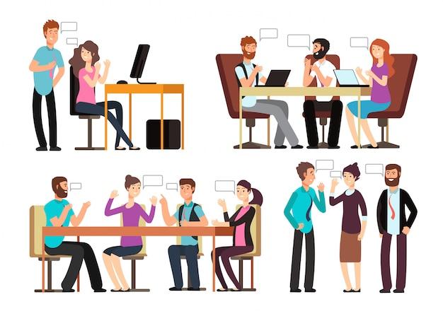 Homme d'affaires et femme discutent dans différentes situations professionnelles au bureau