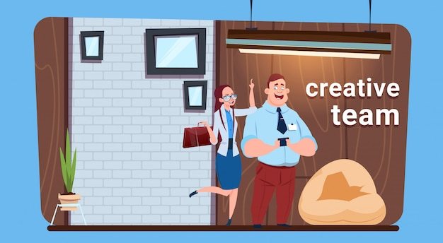 Homme d'affaires et femme équipe créative debout dans le bureau moderne espace de coworking