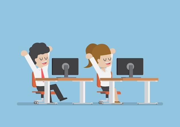 Homme d'affaires et femme qui s'étend et se détend au bureau, détendez-vous du concept de vie d'entreprise