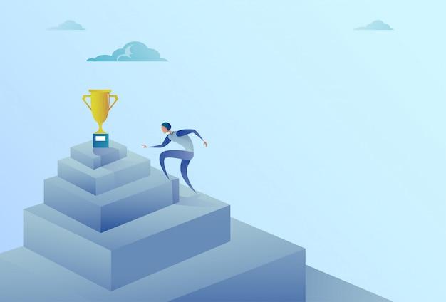 Homme d'affaires grimper les escaliers vers le concept de réussite de winner cup