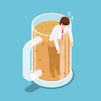 Homme d'affaires ivre isométrique plat 3d dans la chope de bière. concept de fête et de détente.