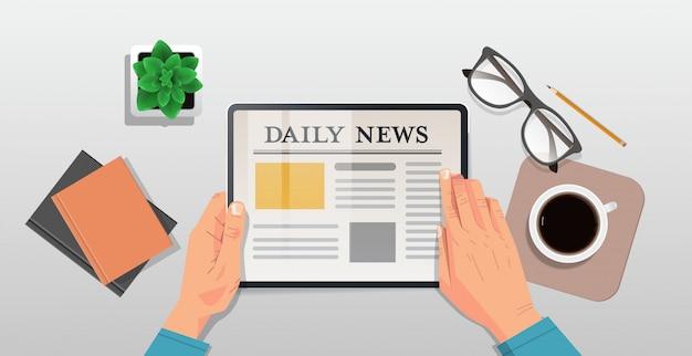 Homme affaires, lecture, journalier, articles, sur, tablette, écran, ligne, journal, presse, masse, concept, bureau, sommet, angle, vue, horizontal