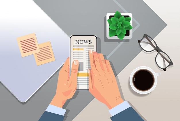Homme affaires, lecture, quotidien, articles nouvelles, sur, écran smartphone, journal en ligne, presse, mass media, concept