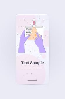 Homme d'affaires mains lançant une fusée spatiale sur l'écran de la tablette idée d'entreprise réussie démarrer un nouveau projet créatif