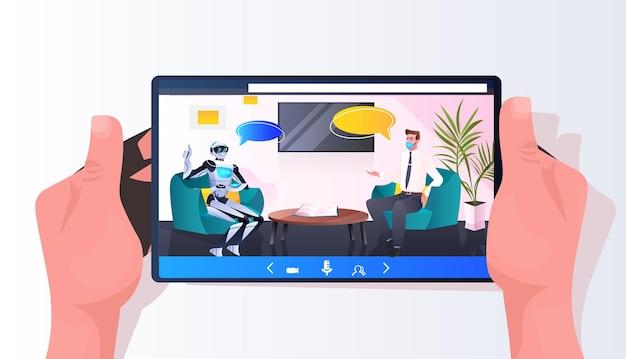 Homme d'affaires en masque discutant avec un robot lors d'une réunion de partenariat chat bulle communication intelligence artificielle concept de technologie illustration vectorielle horizontale pleine longueur