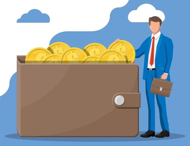 Homme d'affaires mettant une grosse pièce d'un dollar dans le portefeuille. porte-monnaie en cuir plein de pièces d'or. croissance, revenu, épargne, investissement. symbole de richesse. la réussite des entreprises. illustration vectorielle de style plat.