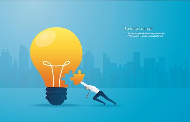 Homme d'affaires mettant le puzzle lightblub ensemble.