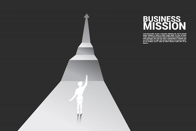 Homme d'affaires pointe vers la prochaine étape du graphique de croissance.
