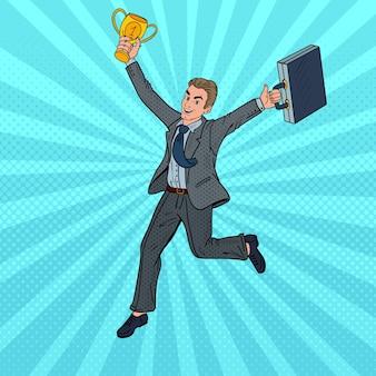 Homme d'affaires pop art en cours d'exécution avec golden winner cup.
