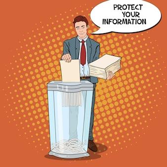 Homme d'affaires de pop art déchiqueter des documents papier secrets