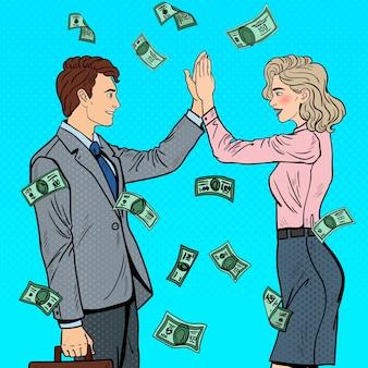 Homme d'affaires de pop art donnant cinq à la femme d'affaires. chute de l'argent.