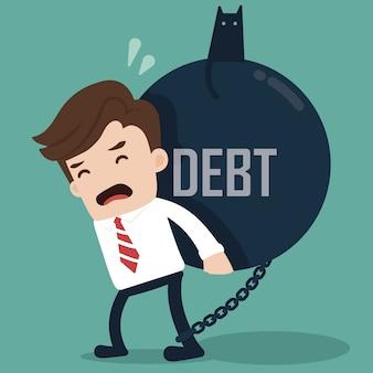 Homme d'affaires porter une balle géante avec une dette de titre.