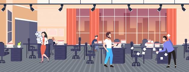 Homme d'affaires poster des autocollants à l'aide de notes autocollantes démarrage d'entreprise planification concept de gestion hommes d'affaires processus laborieux espace de travail créatif bureau intérieur pleine longueur horizontal