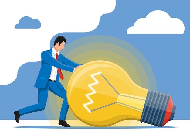 Homme d'affaires poussant la grande ampoule d'idée lumineuse. concept d'idée créative ou d'inspiration, démarrage d'entreprise. ampoule en verre avec spirale de style plat. illustration vectorielle