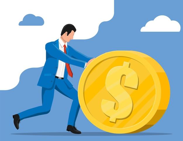 Homme d'affaires poussant une grande pièce d'or. homme d'affaires avec grosse pièce d'or avec signe dollar. croissance, revenu, épargne, investissement. symbole de richesse. la réussite des entreprises. illustration vectorielle de style plat.