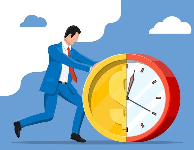 Homme d'affaires poussant l'horloge de pièce de monnaie dollar.
