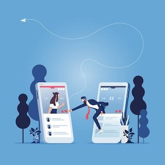 Homme d'affaires poussant l'icône du cœur sur l'écran dans l'application smartphone