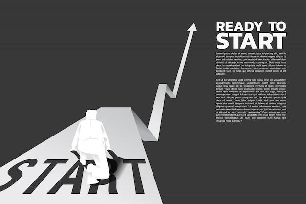 Homme d'affaires prêt à fonctionner depuis la ligne de départ sur un graphique en pleine croissance.