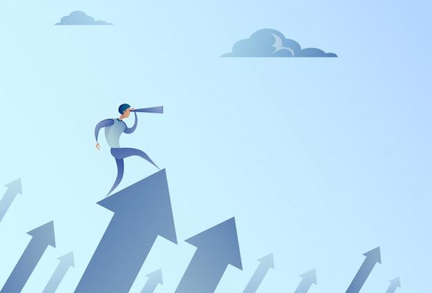 Homme d'affaires à la recherche de jumelles sur le graphique de flèche financière réussie augmentation de la croissance de l'homme d'affaires