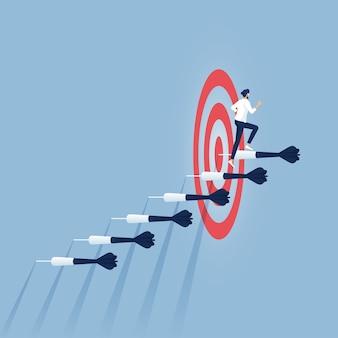 Homme d'affaires se précipitant dans les fléchettes des escaliers vers l'objectif cible et le succès