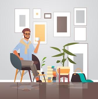 Homme affaires, séance, sur, fauteuil, homme affaires, avoir, pause-café, mâle, dessin animé, caractère, pleine longueur