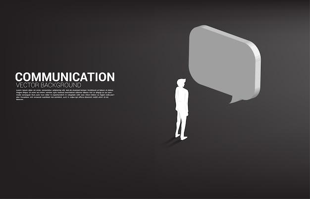 Homme d'affaires de silhouette debout avec discours de bulle. chat bot moteur et communication.