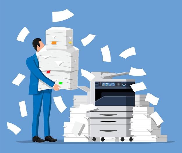 Un homme d'affaires stressé détient une pile de documents de bureau. homme d'affaires surmené avec des piles de papiers. imprimante de bureau. stress au travail. bureaucratie, paperasse, big data. illustration vectorielle plane