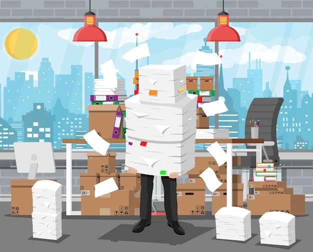 Homme affaires, tas, bureau, papiers