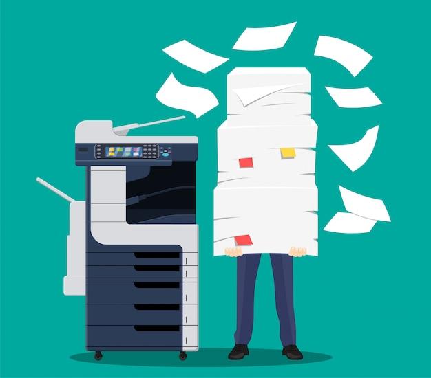 Homme d'affaires en tas de papiers.