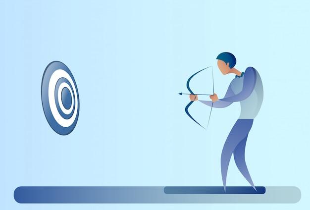 Homme d'affaires tenant l'archer de but d'arc obtenir obtenir le concept d'objectif