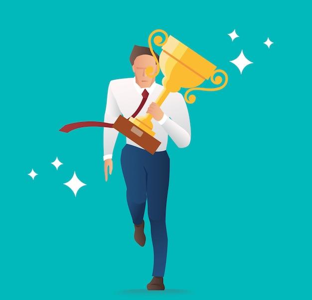 Homme d'affaires tenant le trophée d'or