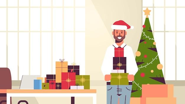 Homme affaires, tenue, cadeau, présent, boîtes, joyeux noël, bonne année, vacances hiver, célébration, concept, moderne, bureau, intérieur, plat, illustration