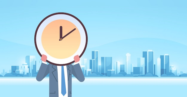 Homme affaires, tenue, horloge, devant, figure, temps efficace, gestion, délai, efficacité commerciale, concept, moderne, ville, bâtiments, paysage urbain, fond, horizontal, mâle, caractère, portrait